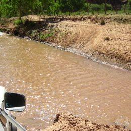 Fahrt mit dem 4WD Geländefahrzeug durch Flüsse