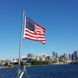 US Flagge, im Hintergrund die Skyline von Seattle