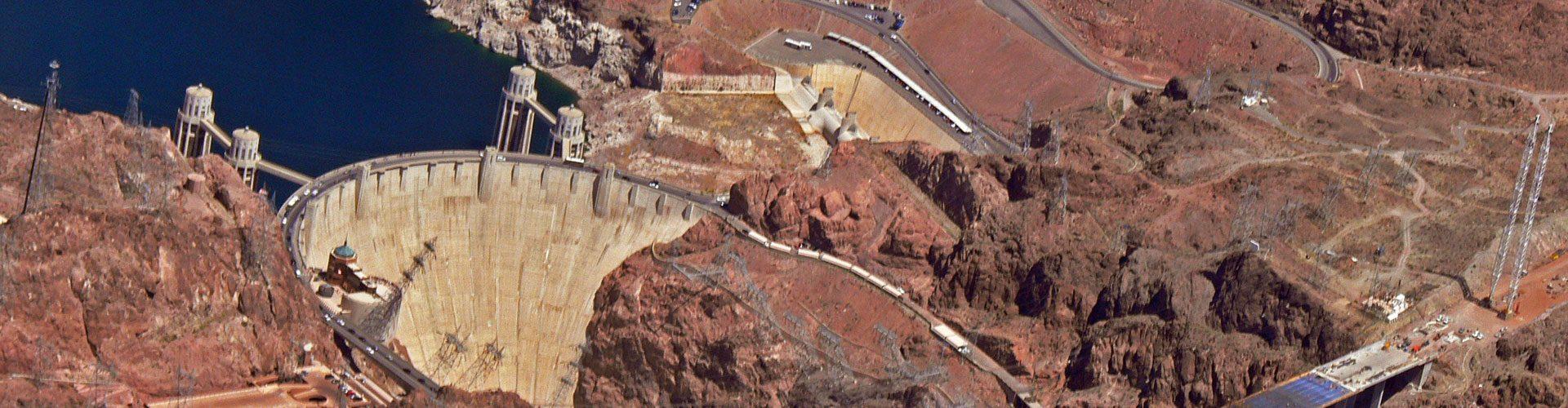 Der Hoover Dam staut den Colorado River zumLake Mead