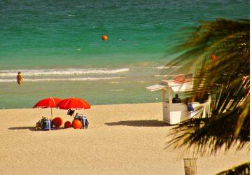 Azurblaues Wasser, Sonnenschein und Themenparks