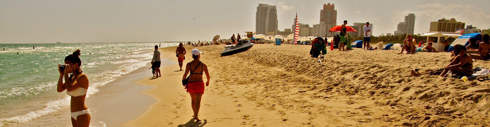 Strandleben am feinsandigen Sandstrand von Miami Beach, Florida